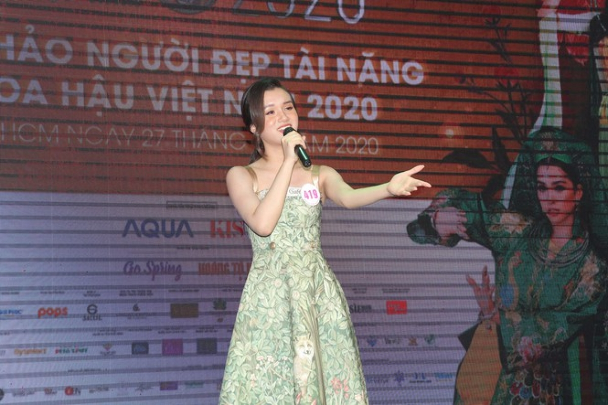 """Hoang Tu Quynh gives a performance of the song """"Dong xanh"""", known as """"Green Fields"""" in English."""
