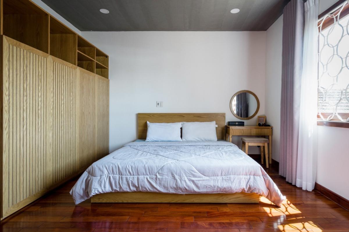 Phòng ngủ nằm trên tầng 2, có diện tích vừa đủ, tiện nghi, kê bên ô cửa sổ ở mặt tiền.