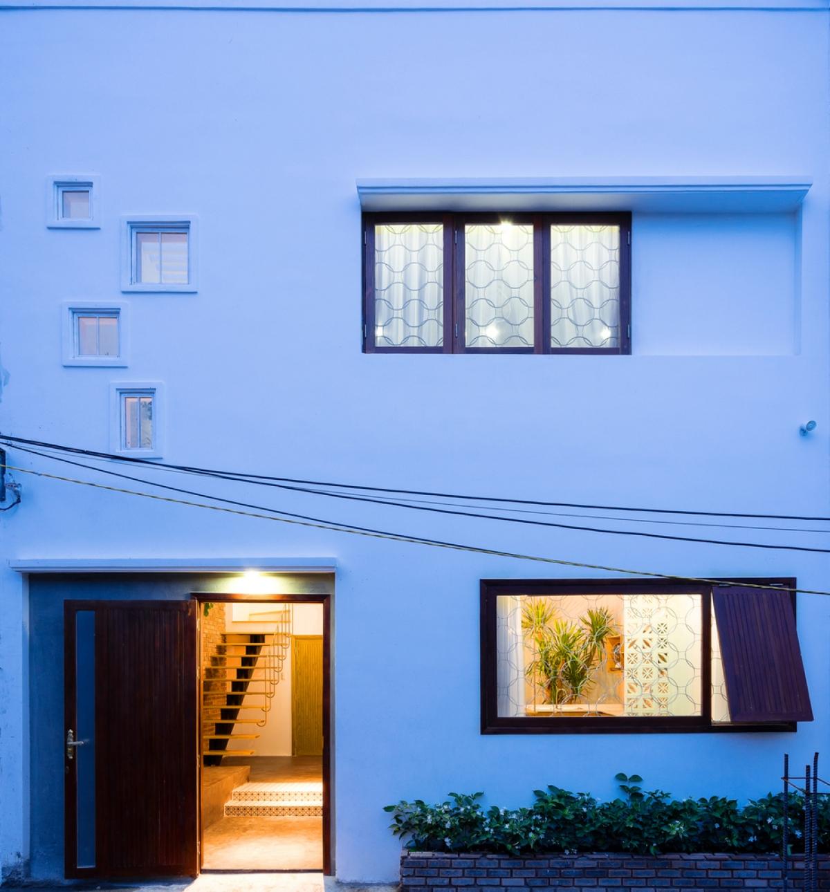 Mặt tiền công trình đơn giản, hiện đại và có nét ngẫu hứng./.