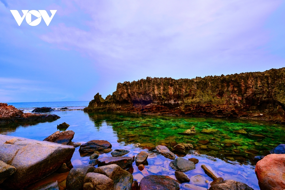 Hang Rai (Rai cave) is a must-see destination in Phan Rang city, a place known as the land of sun and wind. Just 20 km away from the city and on the route to Vinh Hy bay, Rai cave serves to amaze visitors with its natural beauty.