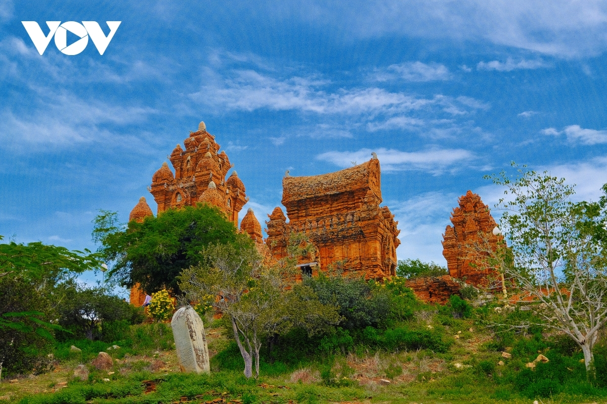 Po Klaong Garai tower complex can be found roughly seven km to the west of the city centre. The tower complex is an attractive destination for visitors who are keen to learn all about the culture of ethnic Cham people.