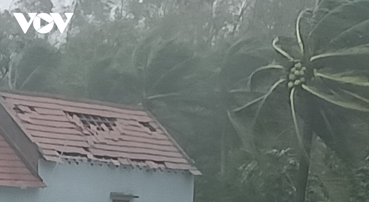 The roof of a home in Binh Dong commune, Quang Ngai province, is blown off by strong winds.