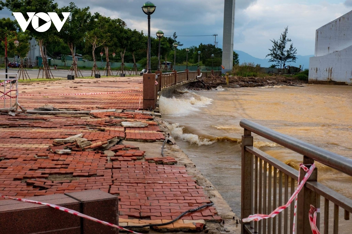 Torrential downpours and rising water levels erode embankments of the Han River in Da Nang city.