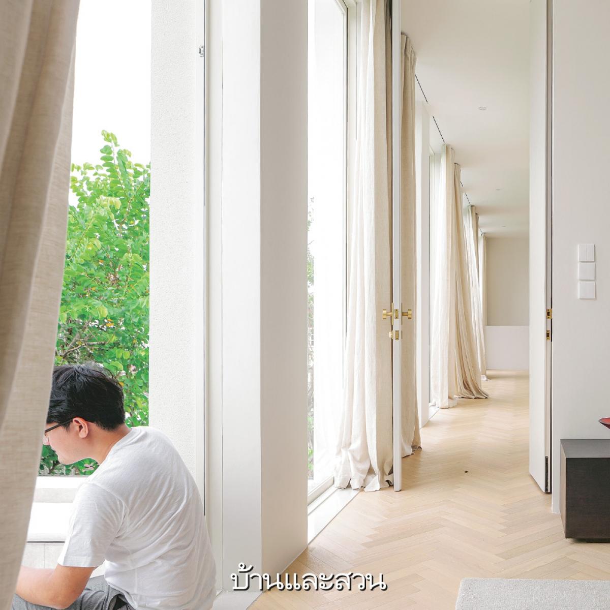 Bức tường với những cửa sổ cao lớn giúp ngôi nhà luôn được thông thoáng, đặc biệt đó cũng là nơi đón ánh sáng tràn ngập vào không gian.
