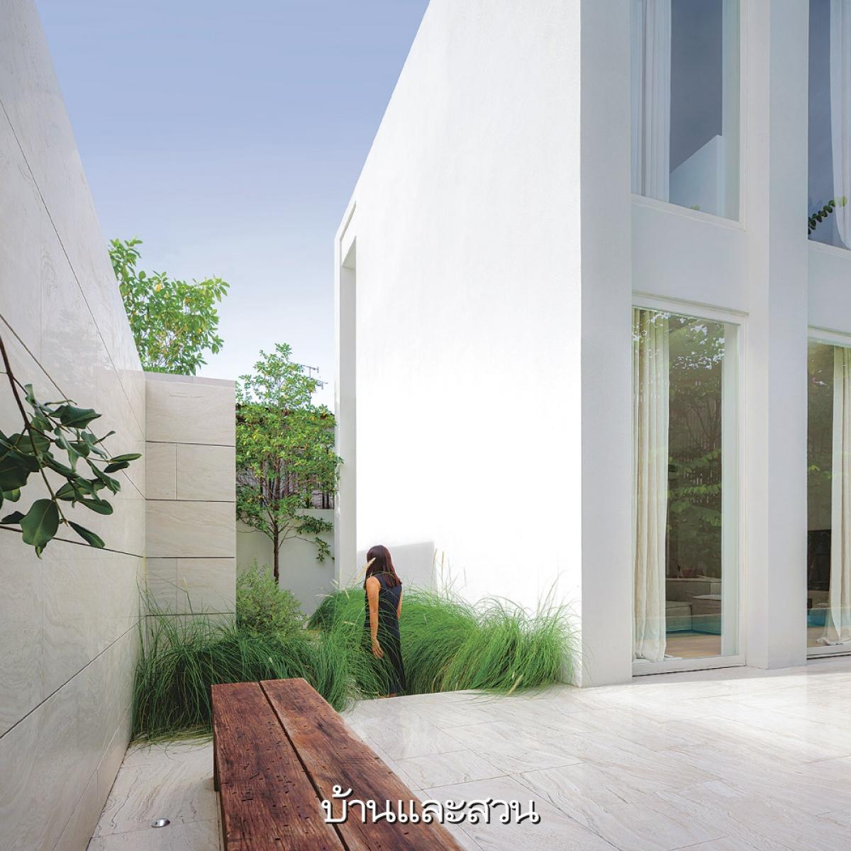 Xung quanh khuôn viên được trồng khá nhiều cây và cỏ chùm để tạo nên một không gian trong lành, mát mẻ.