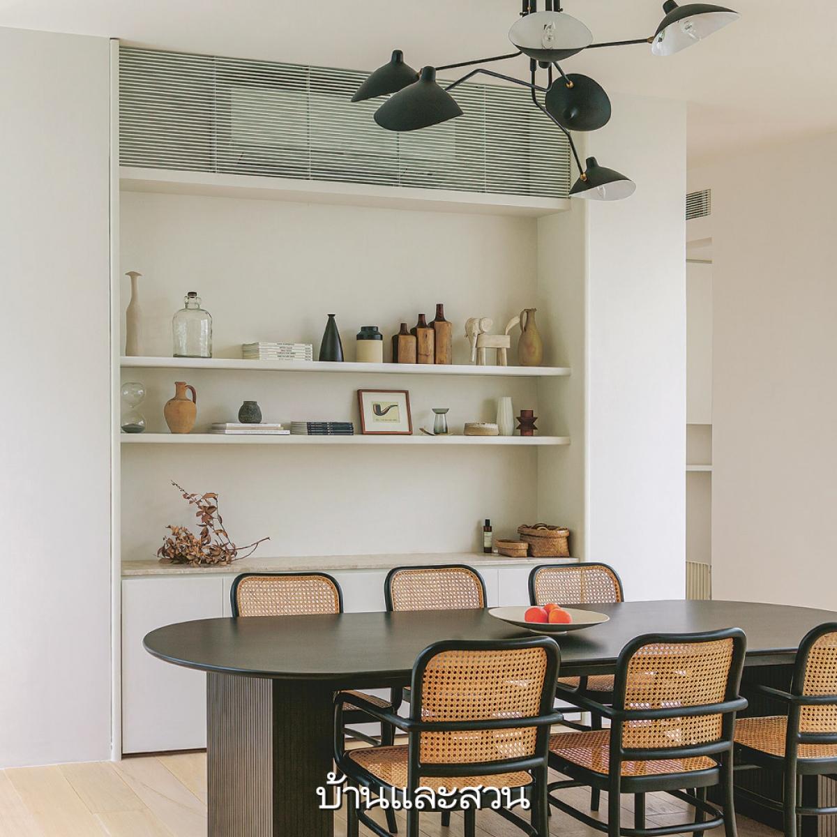 Phòng ăn ngăn cách với phòng khách qua một kệ mở, giúp tăng khả năng lưu trữ.