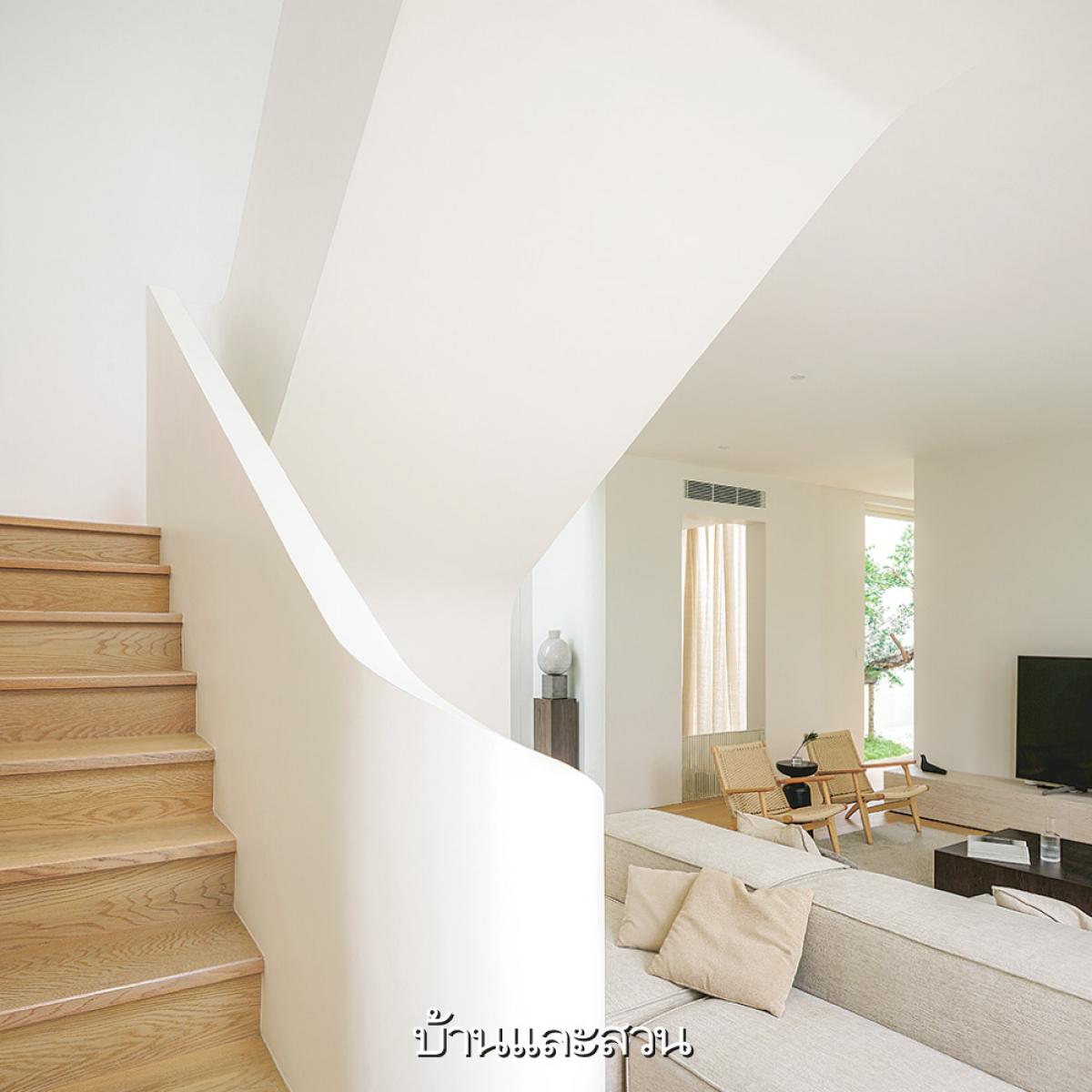 Đường cong của bậc cầu thang đi lên tuy đơn giản nhưng mang lại sự sang trọng, hiện đại.