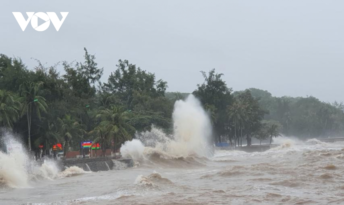 Strong winds and high sea waves in Do Son district cause damage tocoastal embankments.