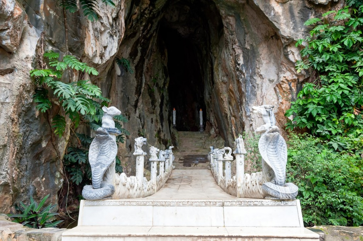 Hell Cave is situated within the marble mountains between Da Nangand Hoi An. The area is a popular attraction because of the unique cave formations and the pagodas carved within them, although Hell Cave stands out among them.
