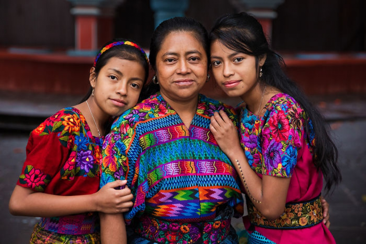Phụ huynh và trẻ em diện trang phục sặc sỡ ở Guatemala.