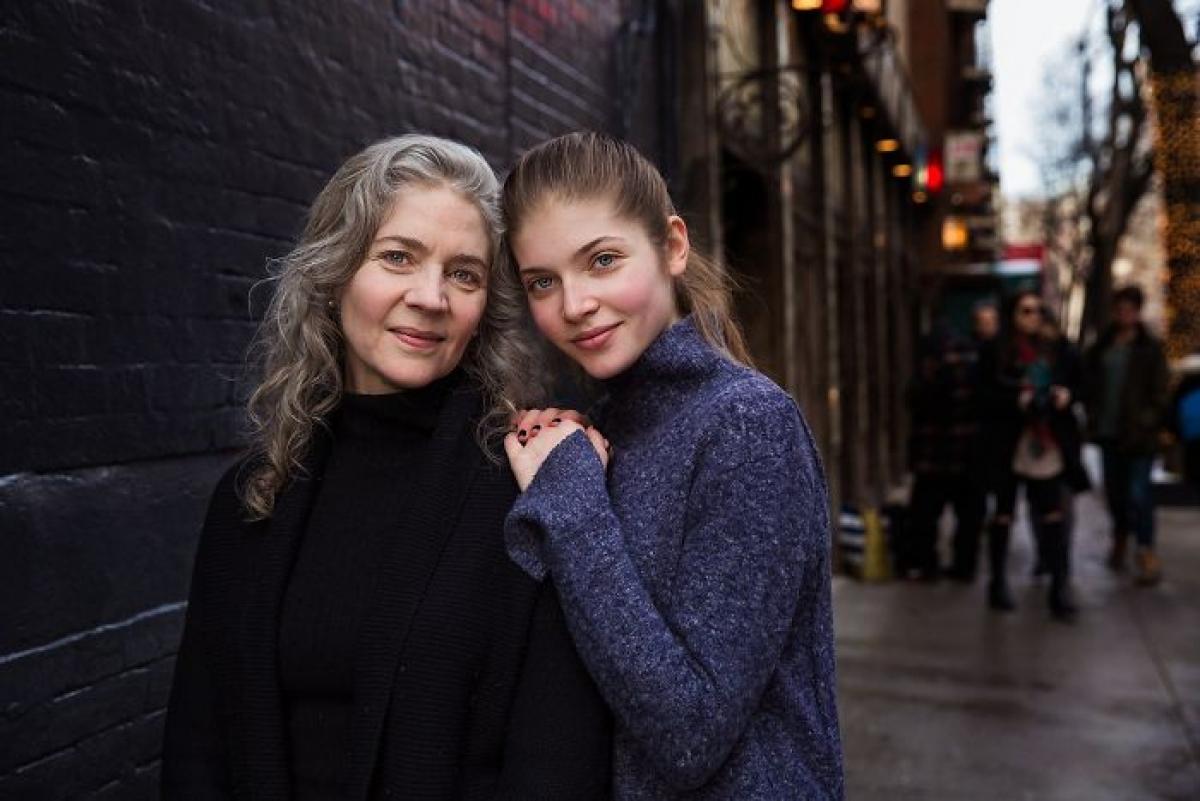 Jenny và con gái Lily đang đi dạo.  Bức ảnh được chụp tại New York, Mỹ.