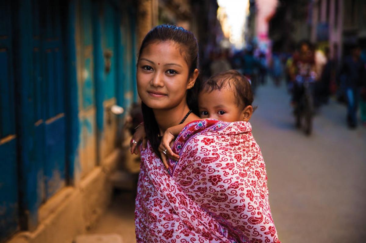 Mẹ bế con ở Kathmandu, Nepal.