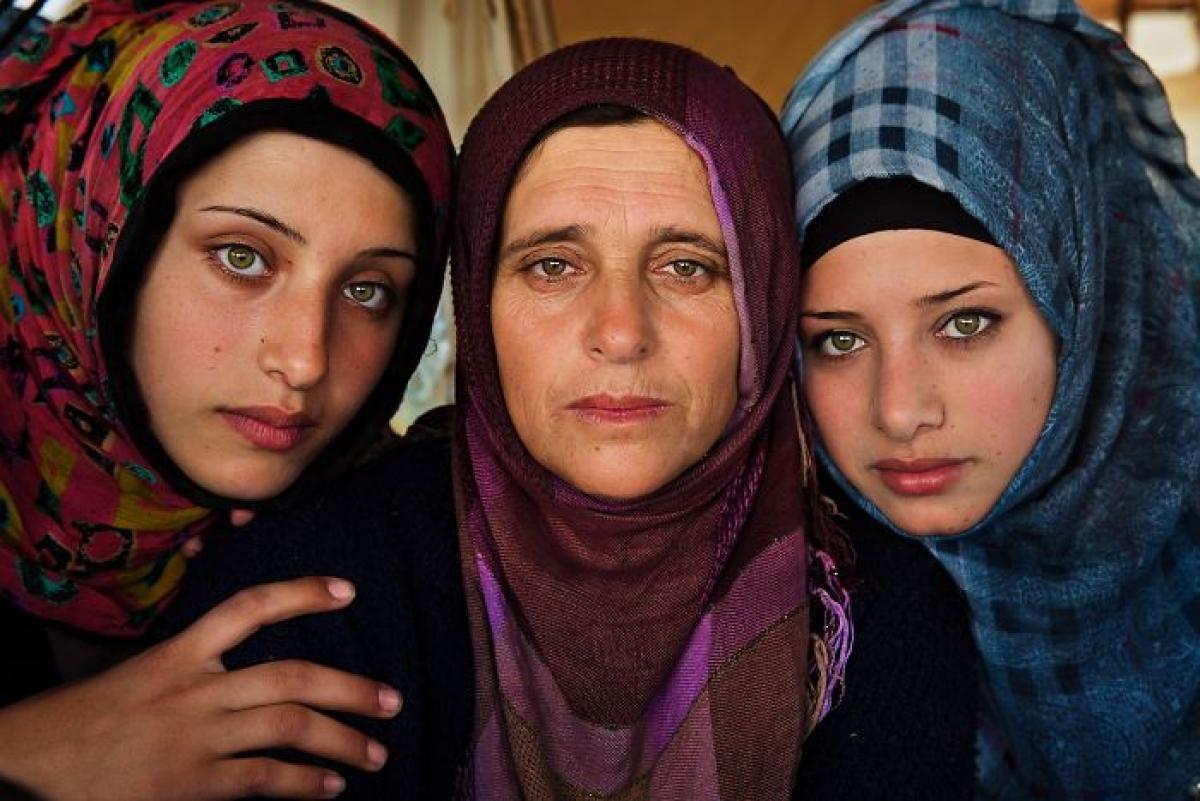 Bà mẹ xinh đẹp và 2 cô con gái ở Syria.