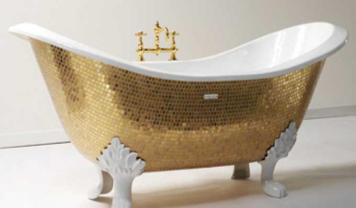Golden Bathtub được làm bằng vàng ròng, thiết kế riêng cho một khách sạn sang trọng ở Nhật Bản với giá 987.000 USD. Tuy nhiên, chiếc bồn tắm này đã bị lấy trộm và hiện vẫn chưa tìm thấy.