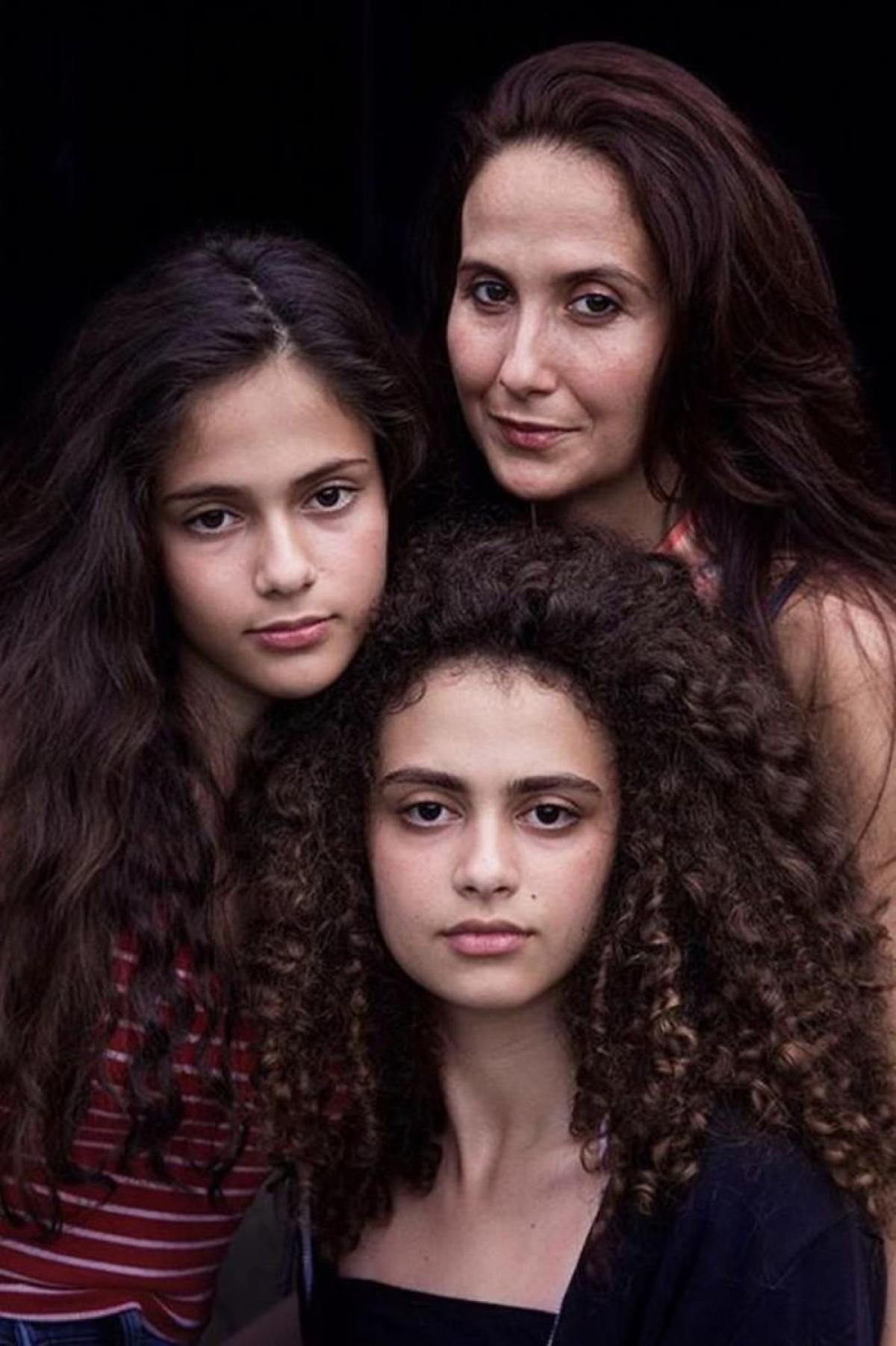 Hai cô con gái thừa hưởng đôi mắt đẹp của mẹ (Romania)