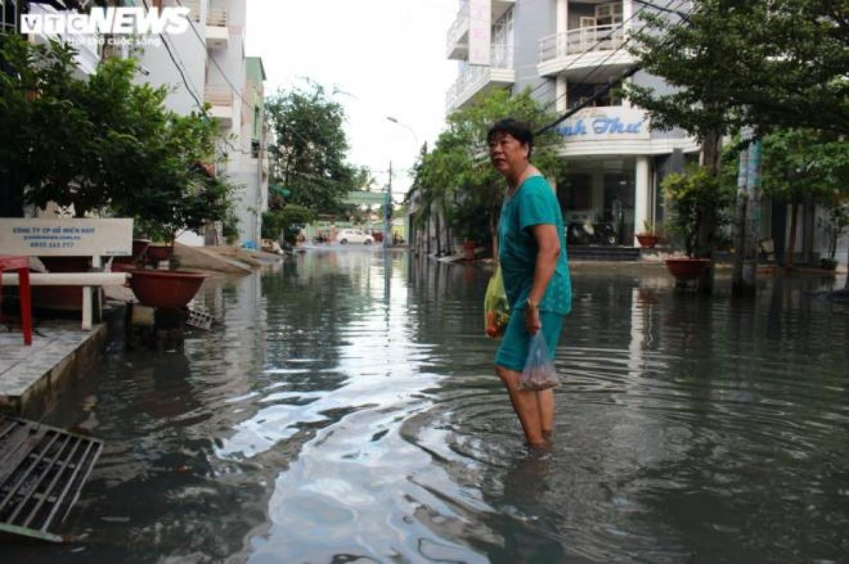 Ghi nhận của PV VTC News, sáng 20/11, nhiều người dân sinh sống ở hẻm 719 (đường Huỳnh Tấn Phát, Quận 7) phải lội nước đi chợ, nhiều vị trí còn ngập ngang bánh xe máy.