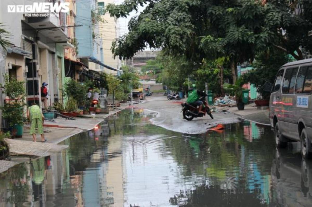 Một tài xế xe ôm công nghệ đang trên đường đi đón khách nhưng thấy nước ngập sâu đã quay đầu xe.