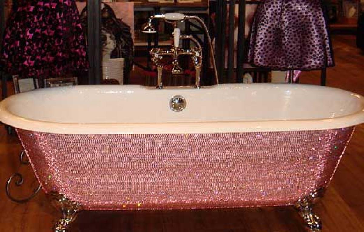 Được đính đầy đá quý, chiếc bồn tắm Diamond Bathtub được bán với giá 39.000 USD.