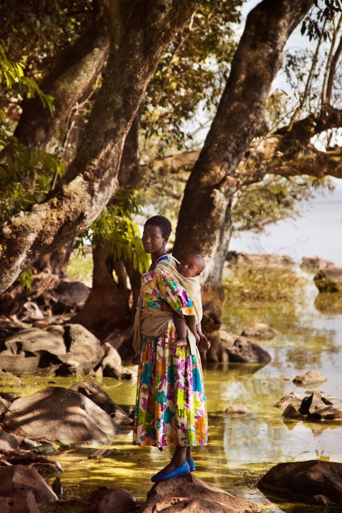 Một người mẹ bế con ở Bahir Dar, Ethiopia