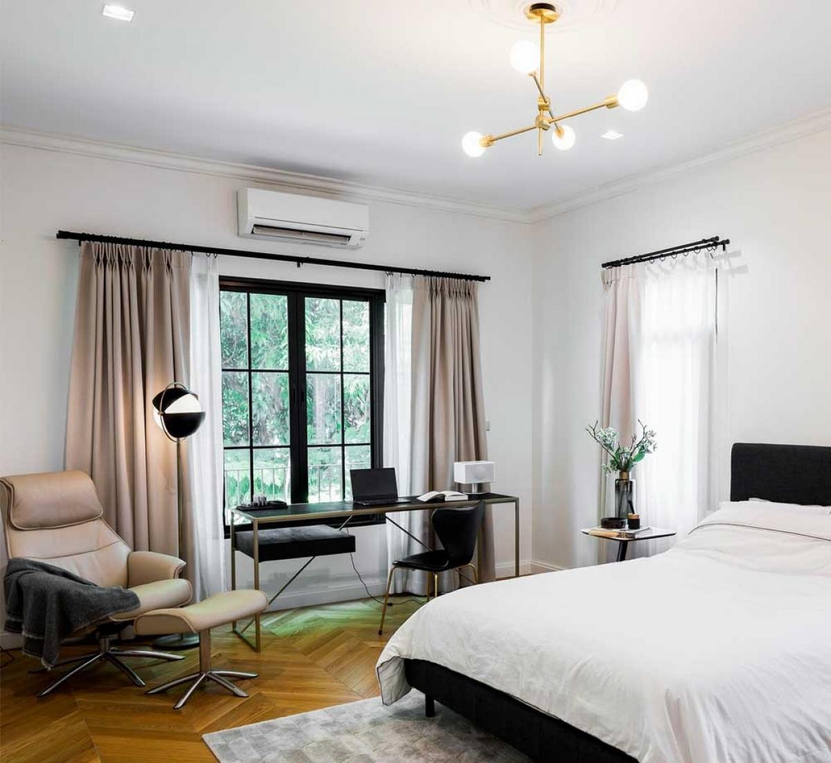 Phòng ngủ lấy màu trắng làm tông chủ đạo kết hợp sàn gỗ tạo cảm giác nhẹ nhàng, thư thái. Đặc biệt thiết kế không gian làm việc ngay bên trong./.