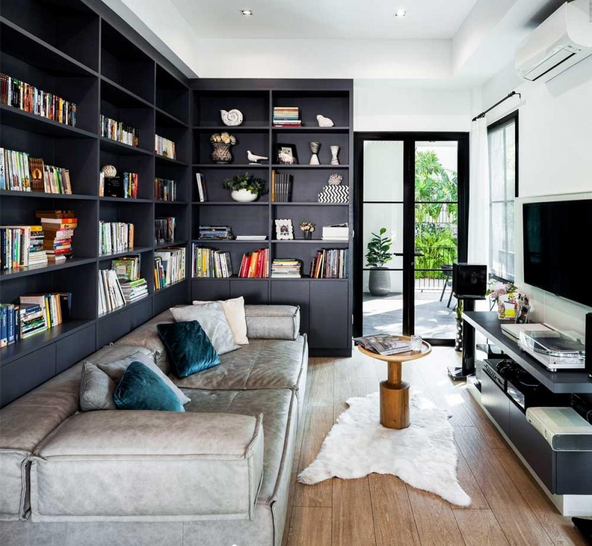 Một căn phòng riêng cho không gian đọc sách và thư giãn cùng chiếc ghế đệm lớn.