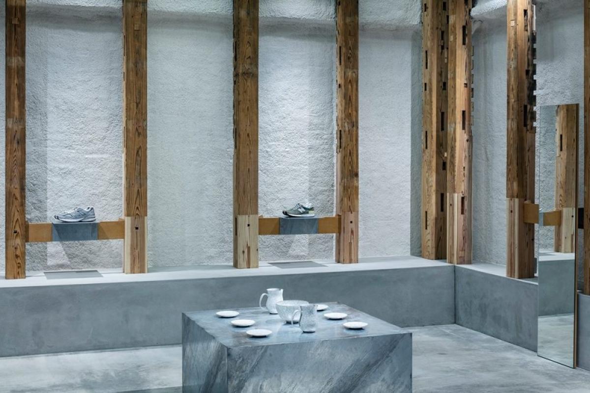 Nhà tắm và khu vực vệ sinh được ngăn cách phòng khách qua vách ngăn nửa gỗ nửa bê tông.