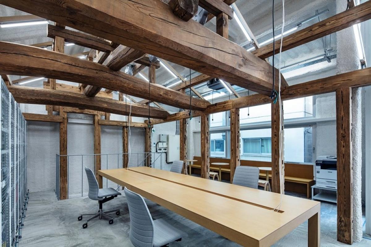 Không gian làm việc khá rộng rãi với một chiếc bàn gỗ dài.
