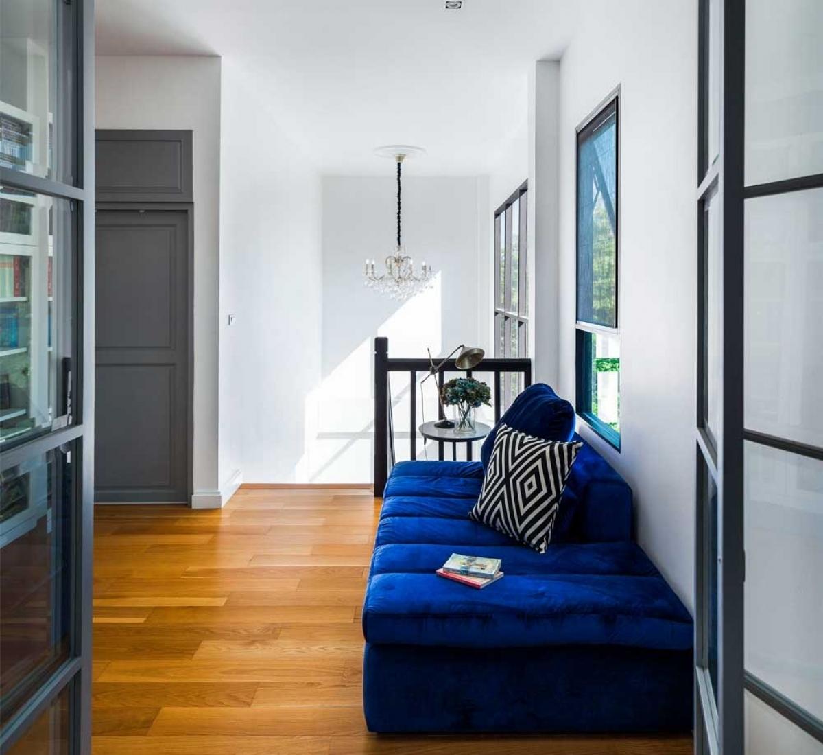 Chiếc ghế màu xanh đậm bên cạnh cửa sổ là điểm nhấn vô cùng sáng tạo cho một góc thư giãn tuyệt vời.