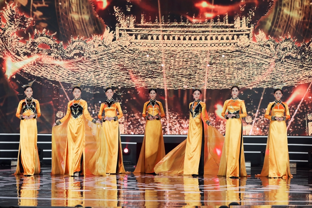 The Ao Dai competition serves as an indispensable part of the Miss Vietnam contest. Here are some photos of the finalists as they perform in the show.