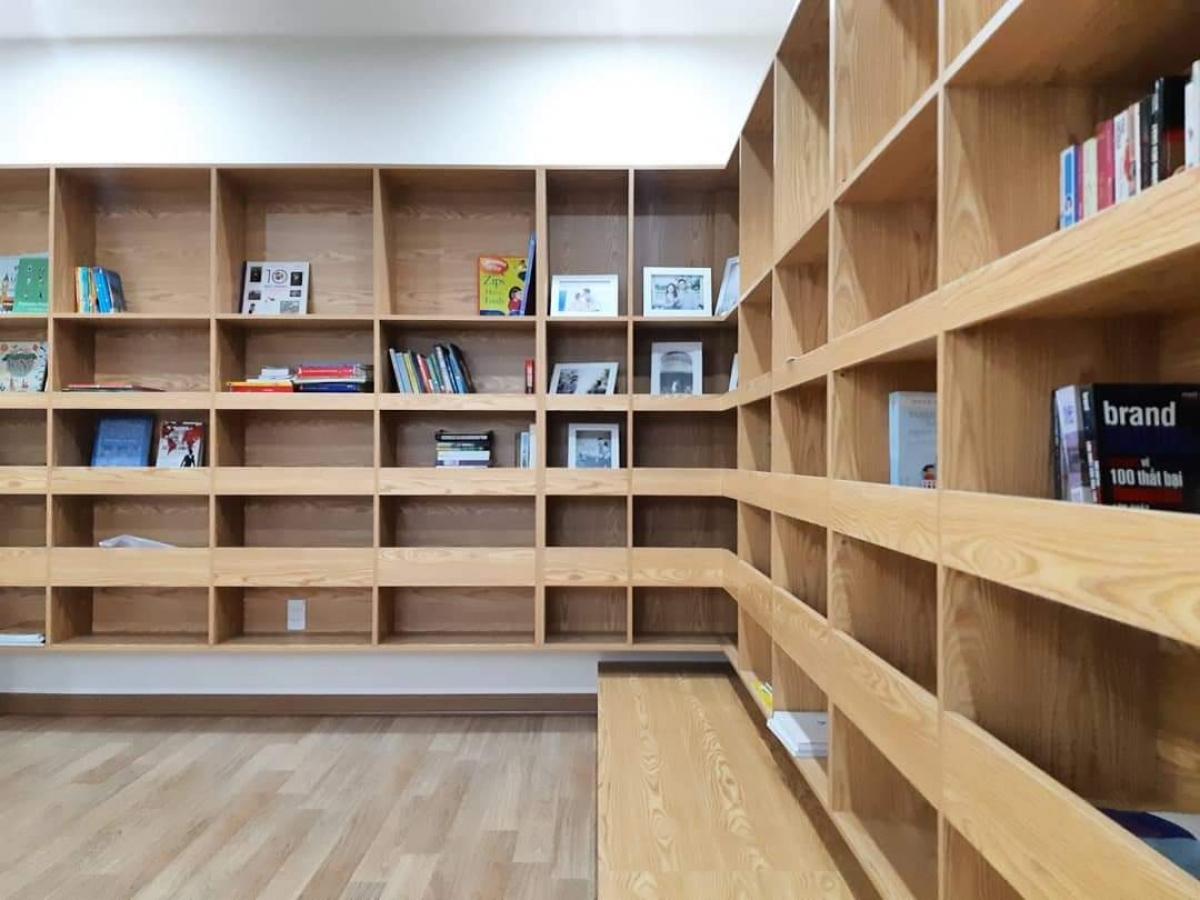 Tủ sách to, hoành tráng được thiết kế kèm ghế ngồi.