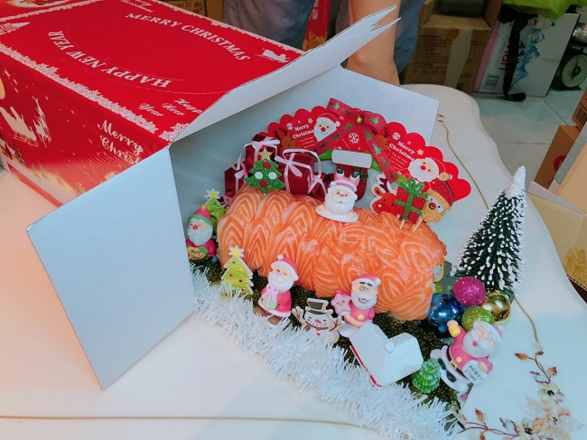 A cake made of sushi aims to celebrate Christmas