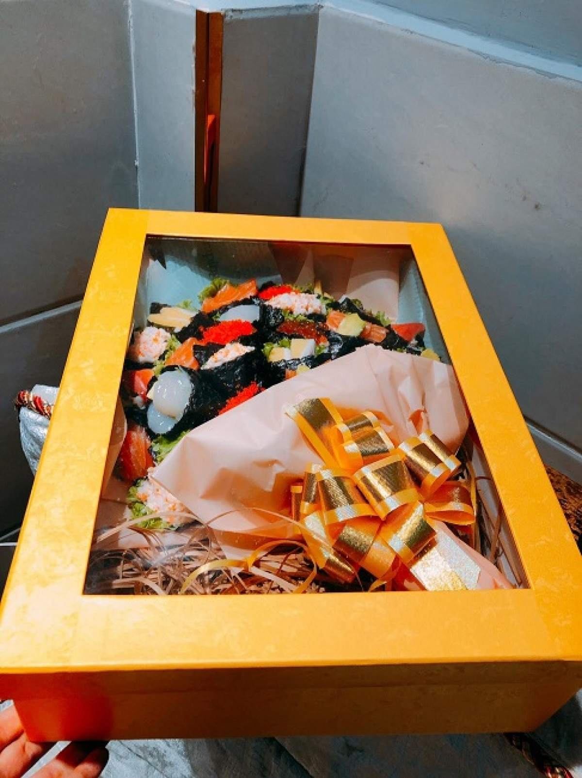 A box containing a sushi bouquet costs VND1.4 million, equivalent to US$60.86.