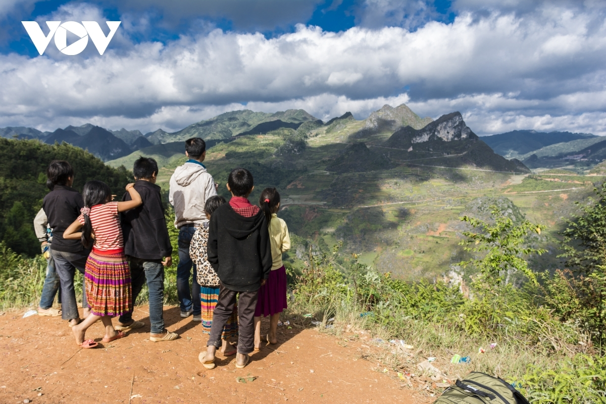 A journey on the route from Ha Giang city to Quan Ba, Yen Minh, Dong Van, and Meo Vac districts, runs past an array of impressive and unforgettable passes and slopes.