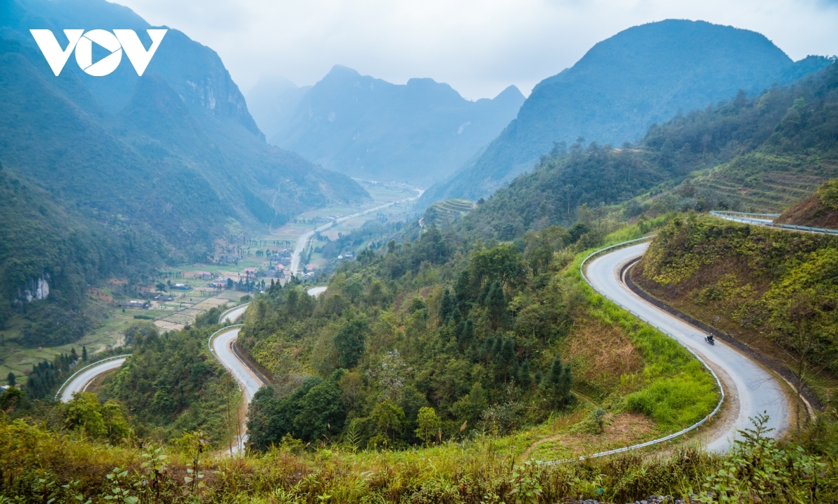 A view of a majestic bend on the road leading to Pho Cao town
