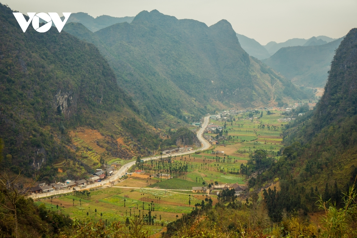 Curves on the road in Sung La valley