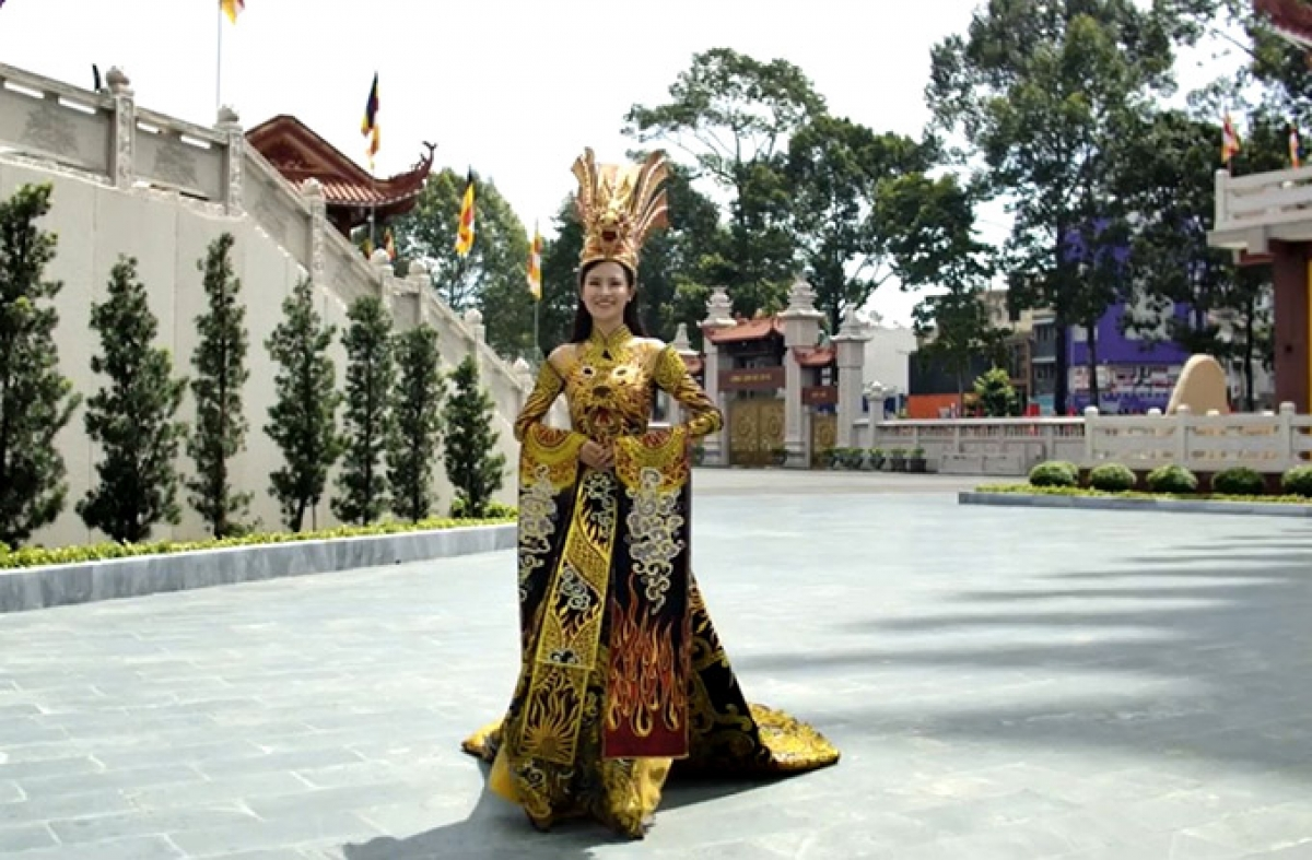 She dons an Ao Dai, a Vietnamese traditional dress, which has been embroidered with dragon symbols coupled with gold decoration.