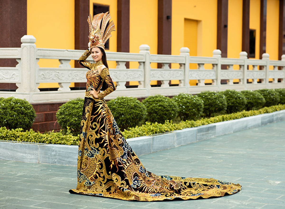 The headdress of the costume is one metre high and weighs a total of five kg.