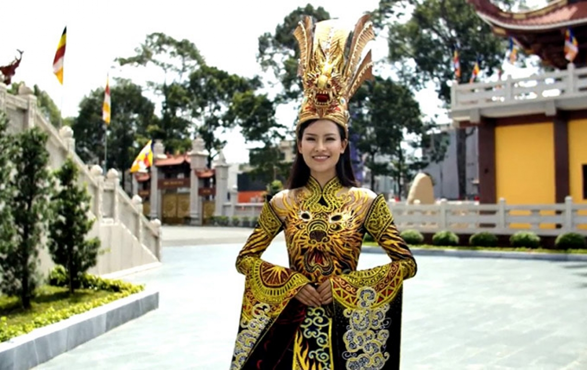 Born in 1994, the Vietnamese beauty stands at 1.75 metres tall and measures 84-62-95. At present, she is working as the CEO of a local real estate and beverage company.