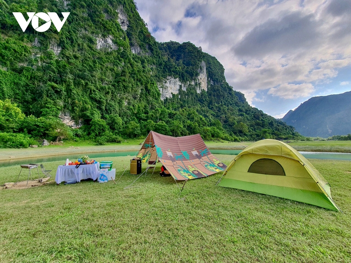 Most people consider Dong Lam meadow in Huu Lien commune to be an ideal destination in which to go camping.