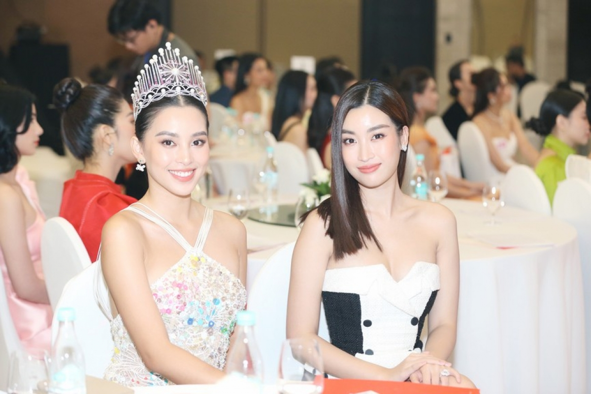 Tieu Vy and My Linh (L-R), the winners of Miss Vietnam 2018 and Miss Vietnam 2016, respectively, in attendance at the event
