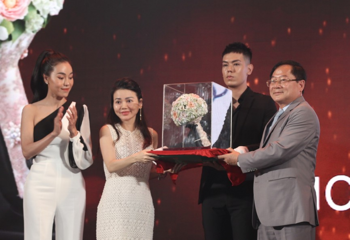 A porcelain bouquet of flowers produced by Minh Long 1 Ceramics Co. Ltd will be handed over the newly-crowned Miss Vietnam 2020 at the conclusion of the competition.