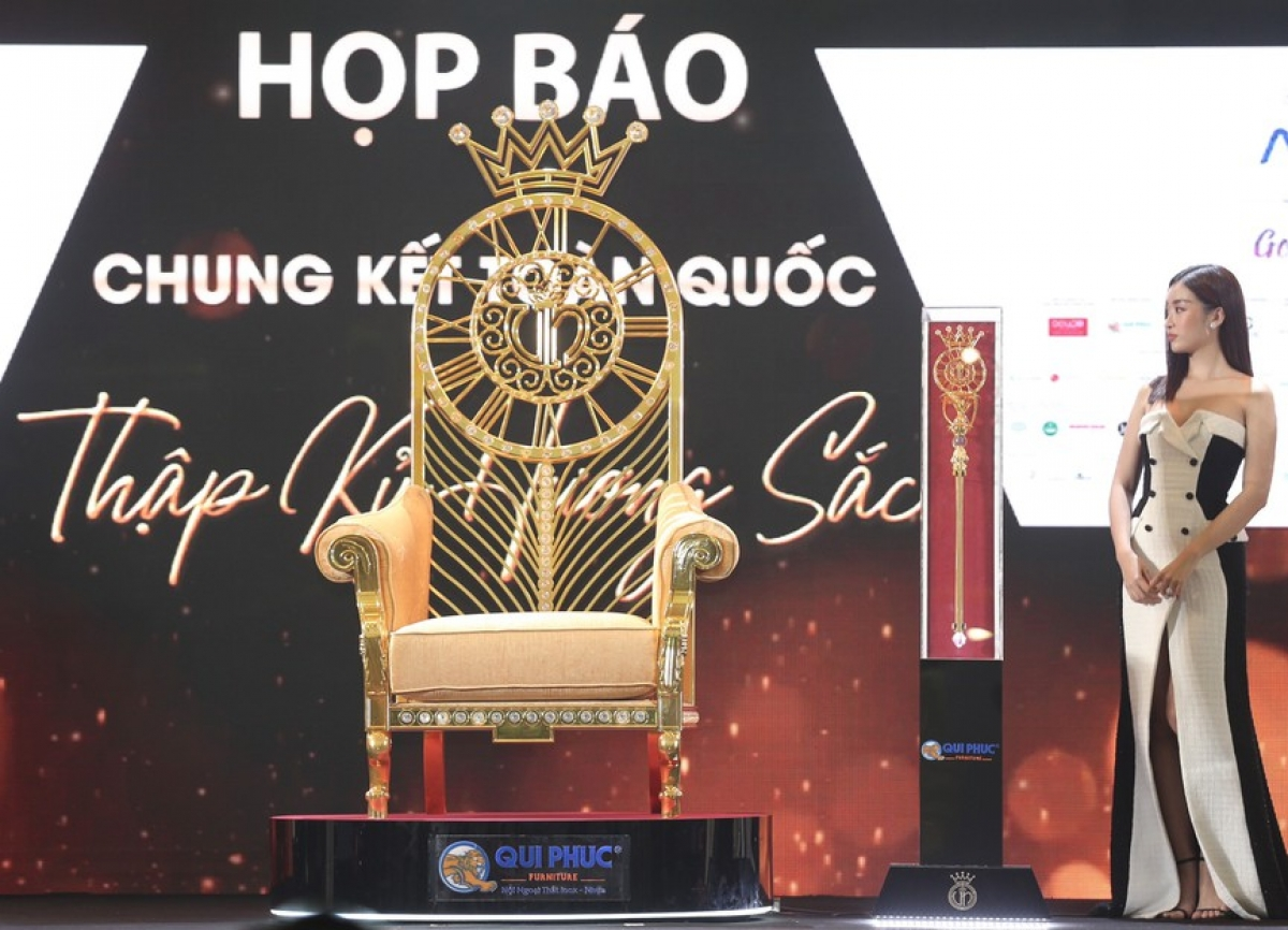 The throne and the scepter that will be for the triumphant queen has also been revealed.