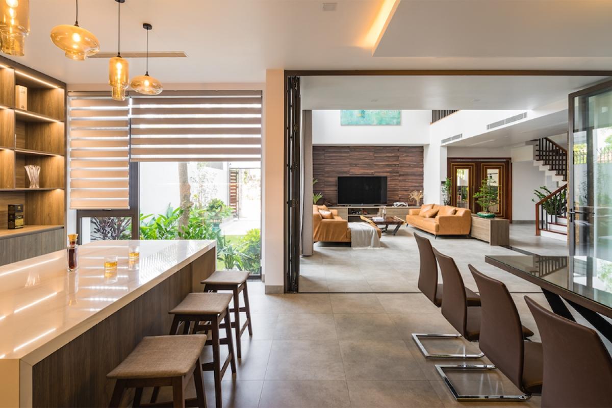 Phòng khách, phòng ăn, bếp nấu kết nối liên hoàn với nhau và mở ra khu vườn đem lại cảm giác rộng mở, thoáng đãng.