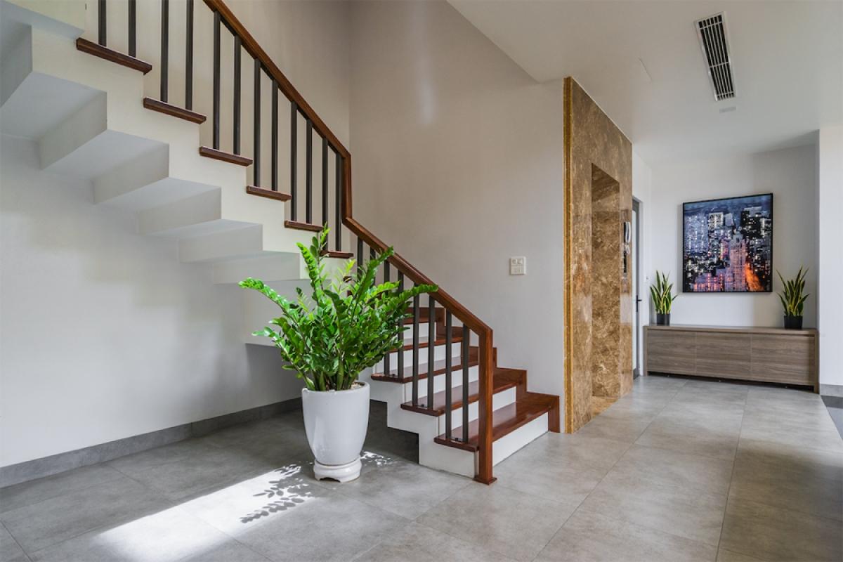 Cầu thang được thiết kế gấp khúc như một tác phẩm điêu khắc. Mặc dù nhà có 4 tầng nhưng có thang máy, được bố trí cạnh thang bộ để tạo sự tiện lợi cho người già.