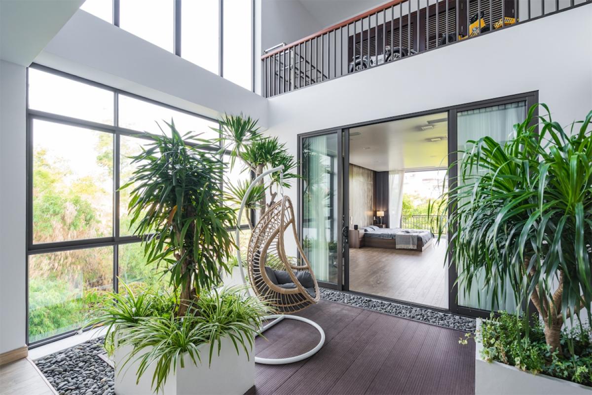 Mảnh vườn xanh trên tầng 2 là một không gian mở, có vai trò như một sân trong; kết nối ở cả phương ngang và phương đứng. Đây là nơi nghỉ ngơi, thư giãn của các thành viên trong gia đình.