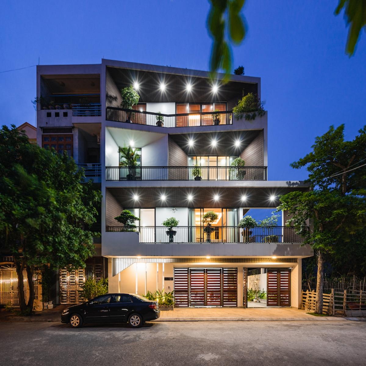 """Hình ảnh ngôi nhà sáng đèn khi tối trời. Những """"chiếc phễu"""" có màu sắc và hình dáng, kích thước khác nhau tạo nên sự sống động và linh hoạt cho công trình./."""