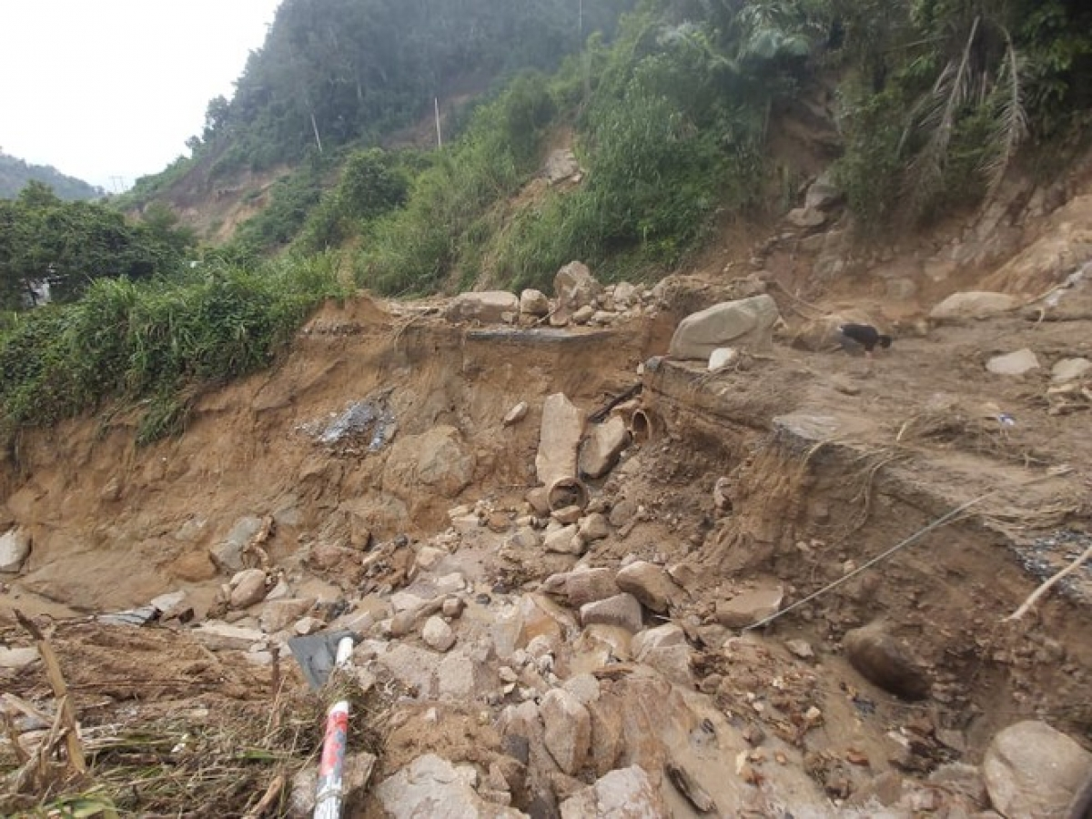 Road DH2 in Phuoc Son district of Quang Nam province is left severely damaged, therefore causing difficulties for soldiers as they seek the victims of landslides in Phuoc Loc commune.