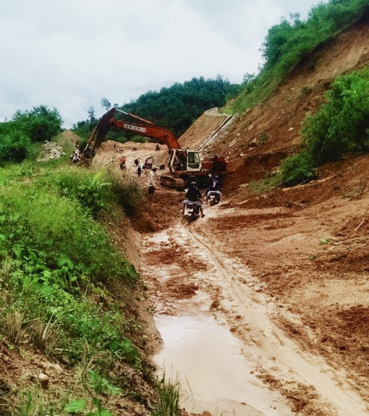 Repair work is quickly completed in Son Tay district of Quang Ngai province in order to ensure safe travel for local people.
