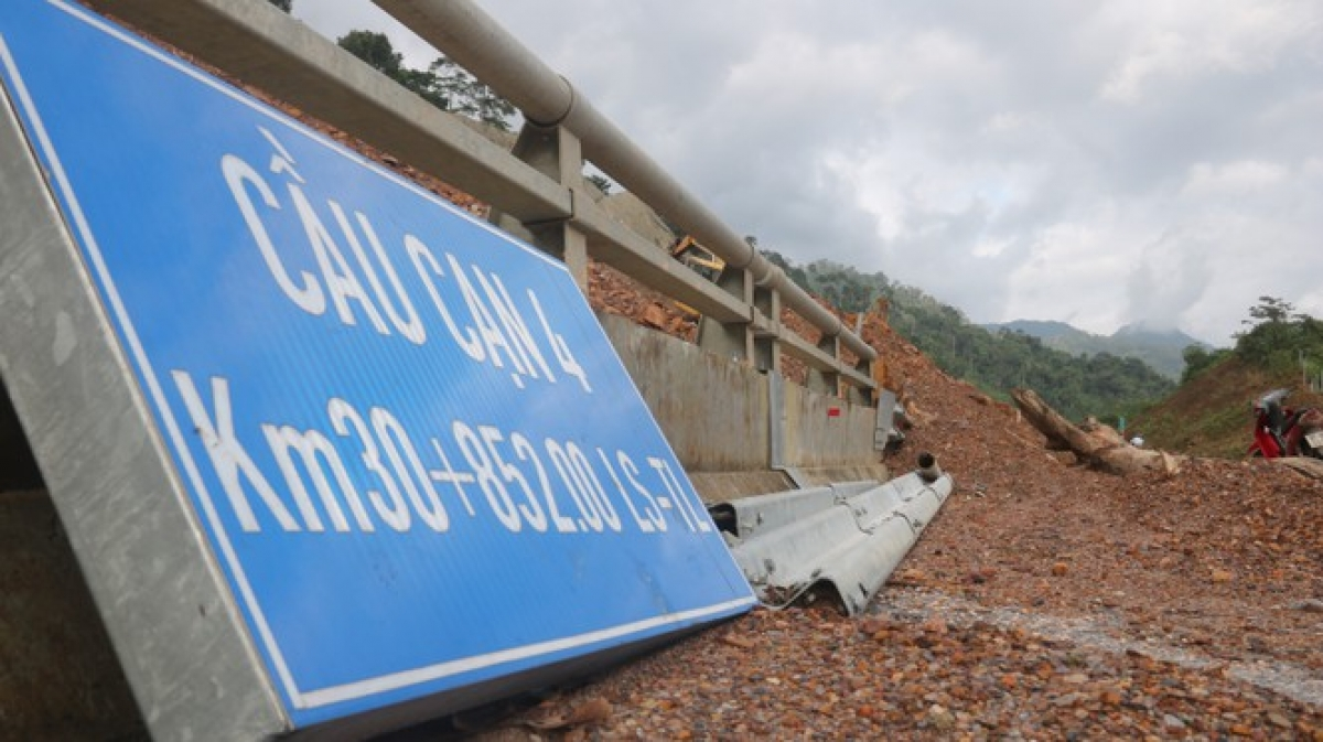 A prolonged period of heavy rain results in periods of flooding and landslides throughout the central region, causing huge losses for local people.