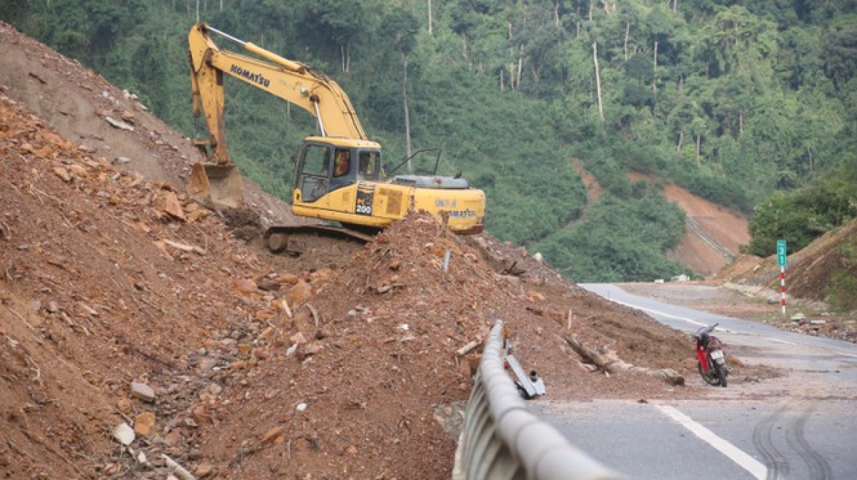 A total of eight parts of the La Son-Tuy Loan highway have been damaged, with repair work set to be urgently deployed before the arrival of Goni, the tenth storm of the year.